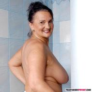 Nackte Oma mit Hängetitten in der Dusche
