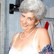 Uroma über 80 mit Falten und grauen Haaren im BH