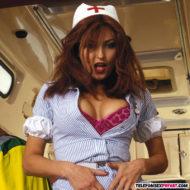 Rothaarige Ärztin mit dicken Titten im Krankanwagen